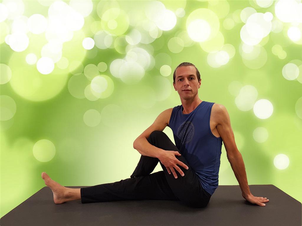 dru yoga zittende torsie